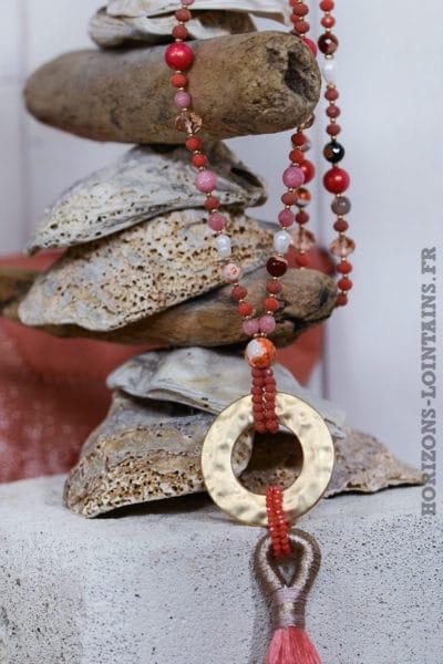 Collier perles anneau métal pompon corail rouge