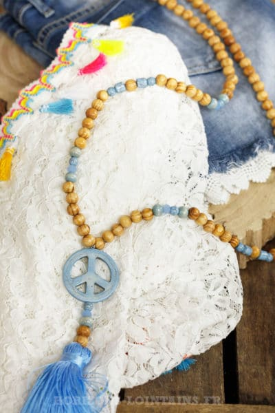 Collier perles bois beige peace and love bleu ciel