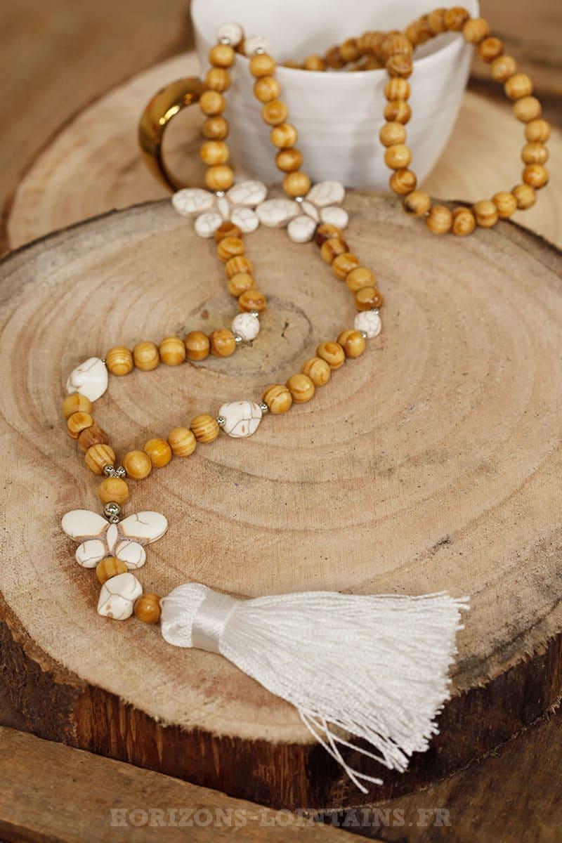 Sautoir perles de bois et pierres, 3 papillons écrus effet marbré
