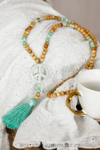 Collier perles bois beige peace and love vert eau turquoise