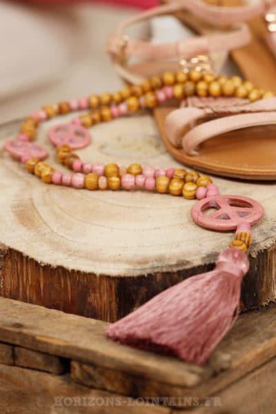 Collier sautoir perles bois beige peace & love pompon rose