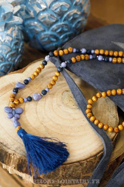Sautoir perles de bois et papillon bleu nuit