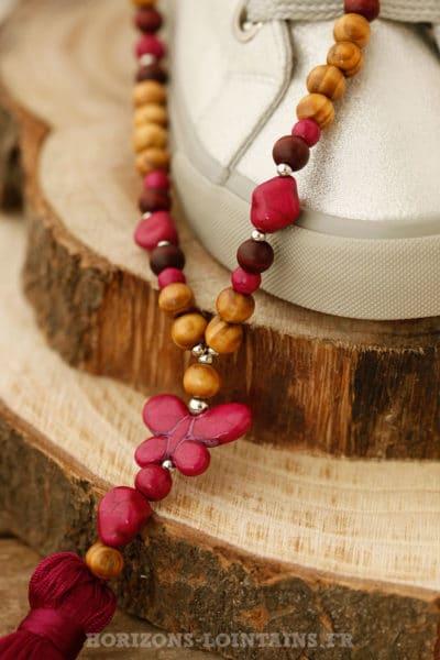 Sautoir perles de bois et papillon rose framboise