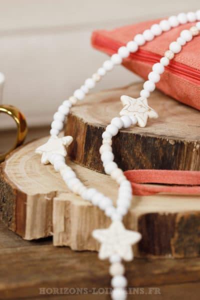 Collier sautoir perles bois trois étoiles blanches