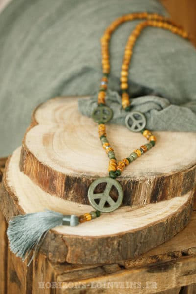 Collier sautoir perles bois peace & love pompon vert kaki