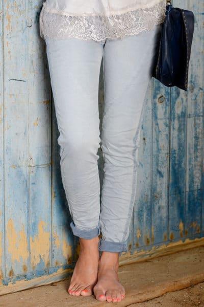 Jean-délavé-bandes-tissus-sur-le-coté-bleu-ciel-B35