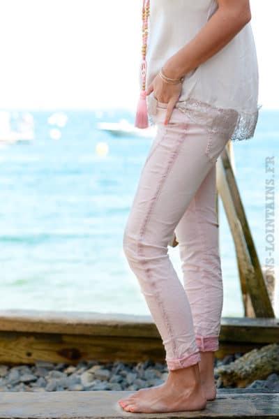Jean-délavé-bandes-tissus-sur-le-coté-rose-B35