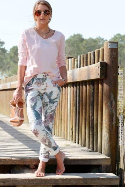 Pantalon écru motif fleurs rose vertes