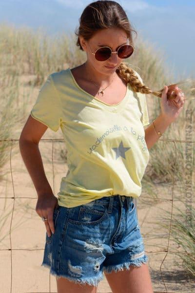 T-shirt jaune mademoiselle à la plage