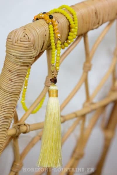 collier perles jaunes et pompon jaune