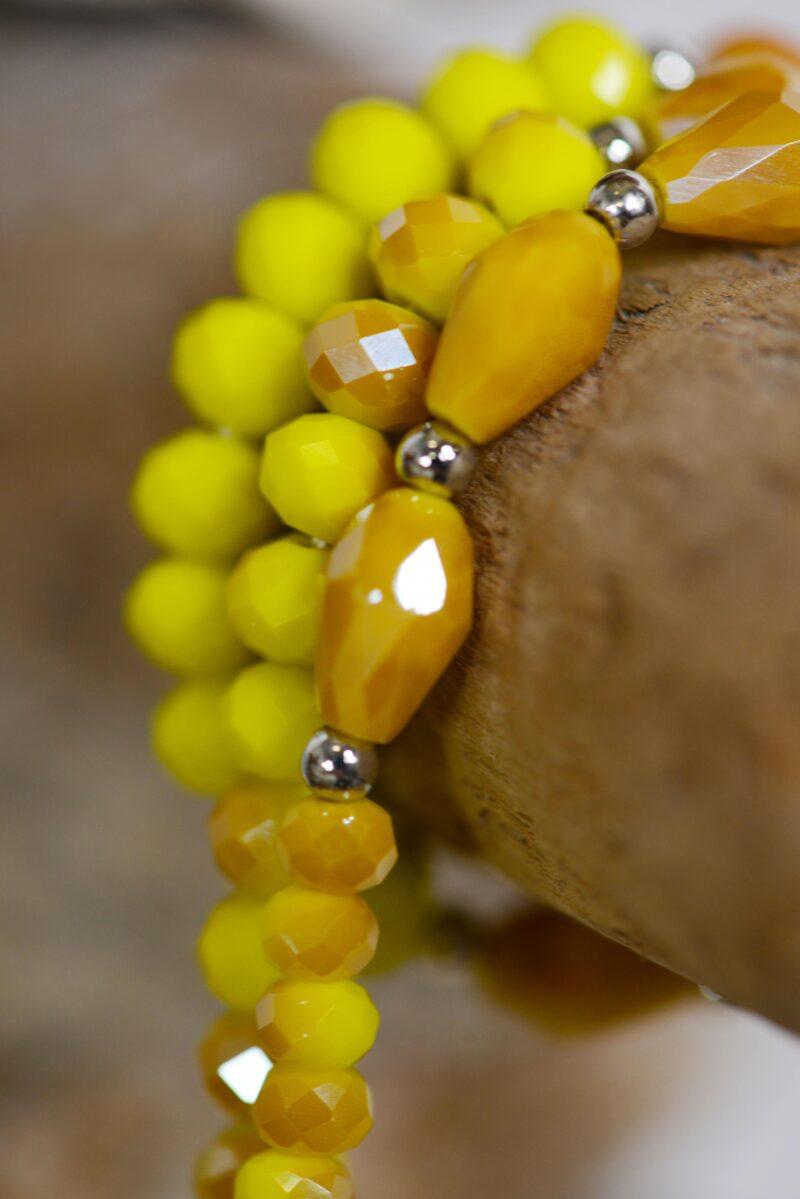 Collier perles breloques métal jaune