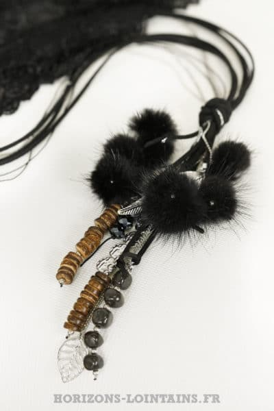 collier lacet noir pompons fourrure médaillon plume argenté