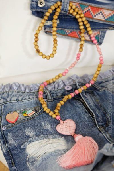 Sautoir perles de bois, coeur et pompon rose