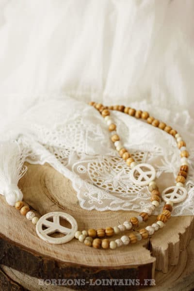 Sautoir perles de bois, 3 peace & love et pompon écru