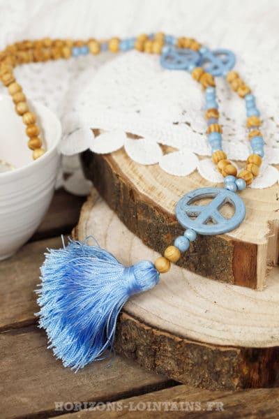 Sautoir perles de bois, 3 peace & love et pompon bleu ciel
