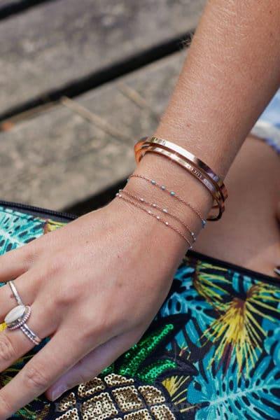 Bracelet-chaîne-rose-gold-perles-blanc-vert-d'-eau-et-bleu-BRA-083