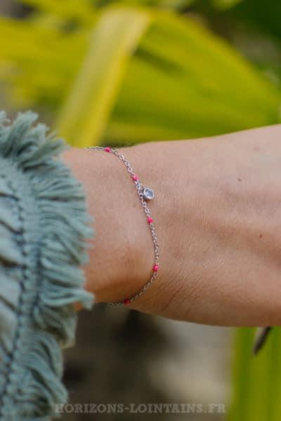 Bracelet-chaine-fine,-petite-perle-fushia-pendant-strass-BRA-079