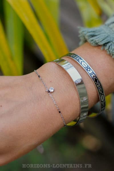Bracelet-chaine-fine,-petite-perle-noir-pendant-strass-BRA-079