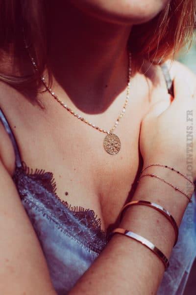 Collier-chaine-dorée-avec-petites-perles-et-medaillon-doré-b88