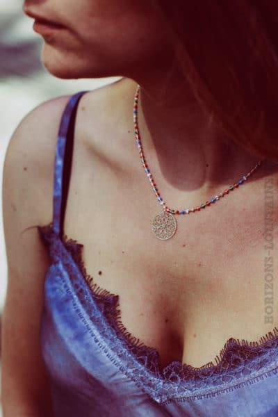 Collier-chaine-rose-gold-avec-petites-perles-colorés-et-medaillon-rose-gold-B88