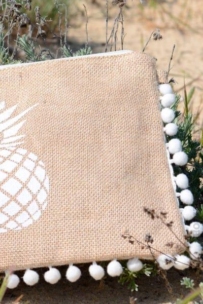 Pochette-toile-de-jute-Ananas-pompons-blanc-B20