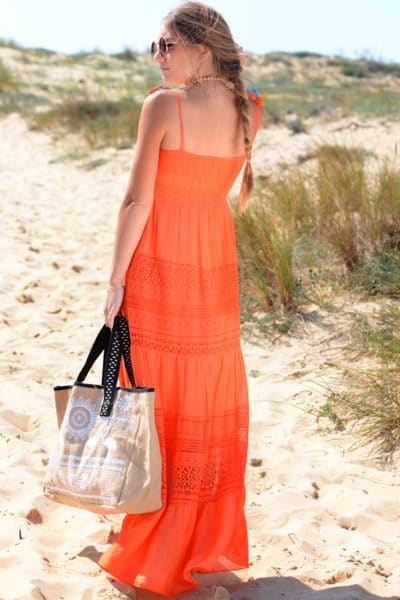 Robe-longue-orange,-haut-smocké,-fines-bretelles-avec-pompons-B27