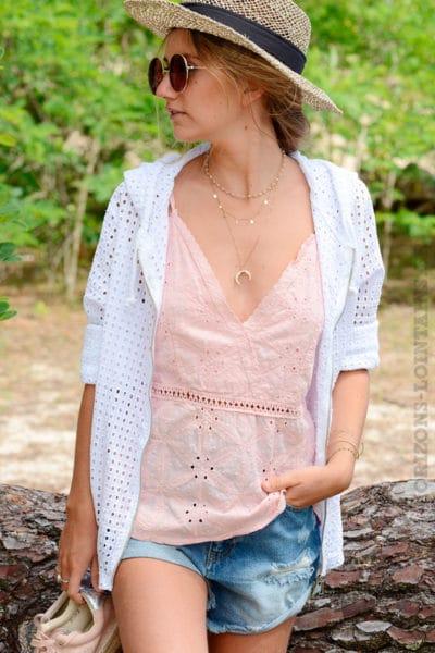 Veste-blanche-ajourée-avec-capuche-et-zip-B10