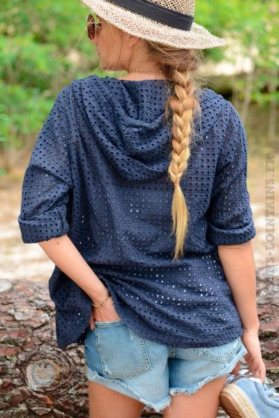 Veste-bleu-marine-ajourée-avec-capuche-et-zip-B10-7