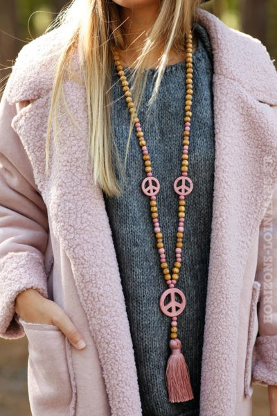 colier peace and love perles bois médaillon rose look hippie chic cool 026