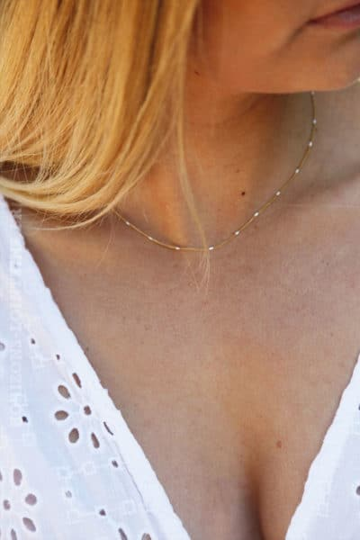 collier-chaine-fine-dorée-perles-blanche-2