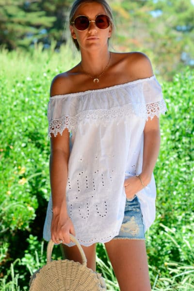 Blouse-blanche-col-bardot-volant-broderie-anglaise--b158