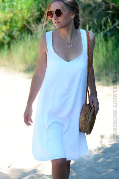 Robe-blanches-avec-bretelles-croisées-dans-le-dos-b40-2