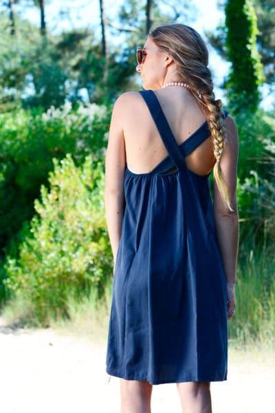 Robe-bleu-marine-avec-bretelles-croisées-dans-le-dos-b40-2