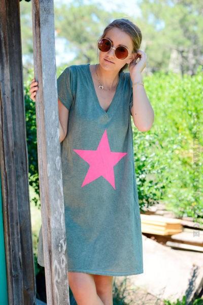 Robe-kaki-façon-t-shirt-long-étoile-rose--b44