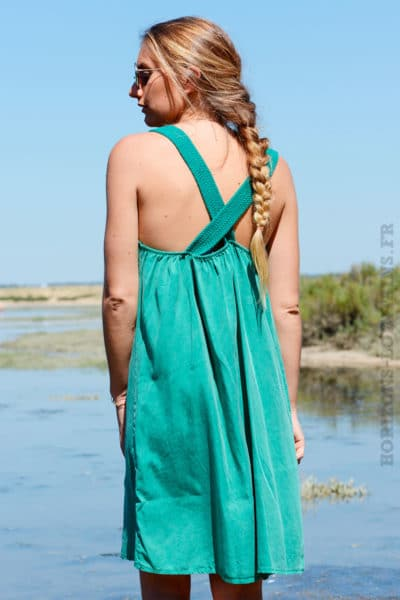 Robe-verte-avec-bretelles-croisées-dans-le-dos-b40
