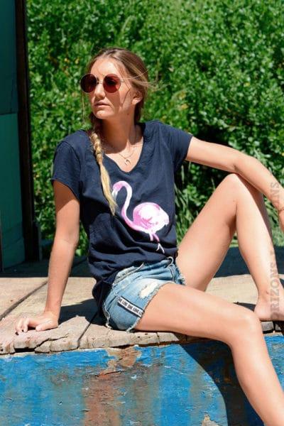 T-shirt-bleu-marine-avec-flamant-rose-devant-b152