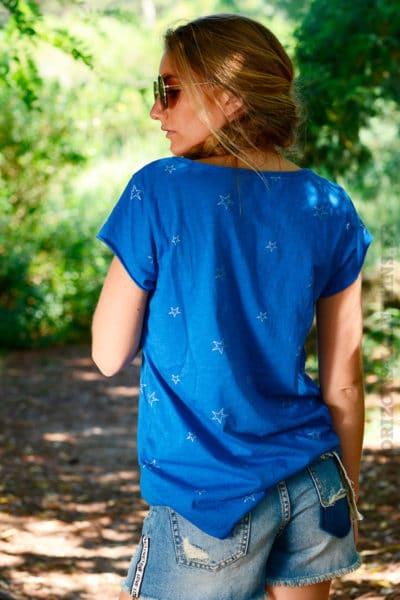 T-shirt-bleu-roi-col-V-petites-étoiles-brillantes-b148-4