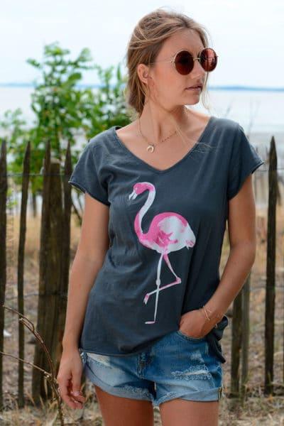 T-shirt-gris-foncé-avec-flamant-rose-devant-b152-2