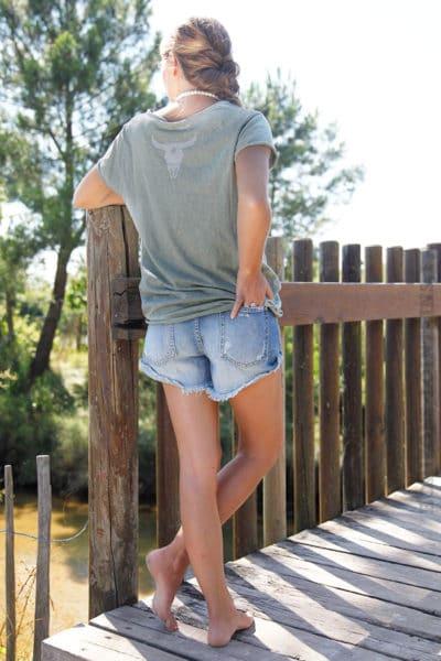 T-shirt-kaki-tete-de-buffle-argentée-dans-le-dos-B150