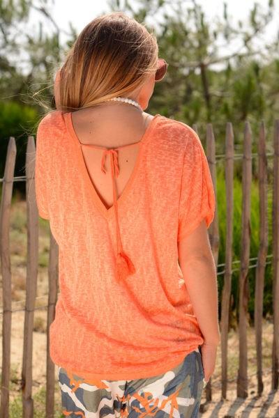 T-shirt-orange-fluide-col-V-brillant-devant-et-derriere--b155-3