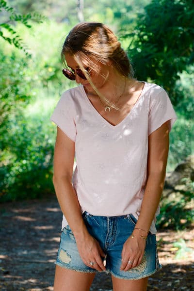 T-shirt-rose-col-V-petites-étoiles-brillantes-b148