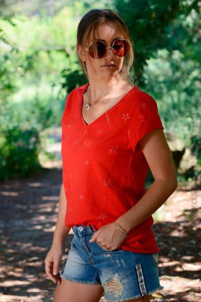 T-shirt-rouge-col-V-petites-étoiles-brillantes-b148