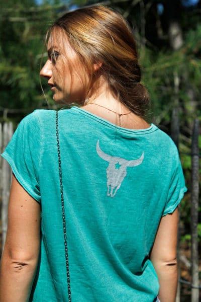 T-shirt-vert-tete-de-buffle-argentée-dans-le-dos-B150