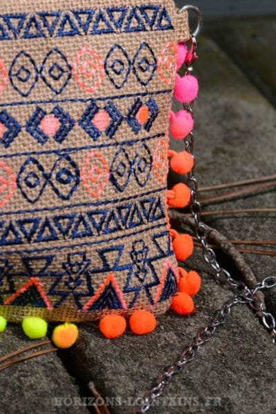 pochette-B033-toile-jute-ethnique--pompons-multicolores-