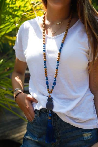 Collier-perles-bois,-ananas-&-pompon-bleu-roi-032-2