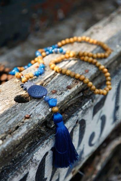 Collier-perles-bois,-ananas-&-pompon-bleu-roi-032