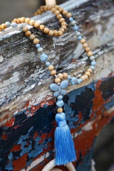 Collier-perles-bois-papillon-bleu-ciel-060
