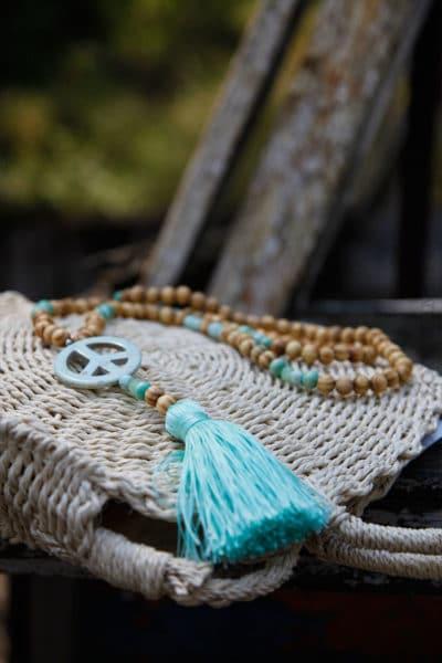 Collier-perles-bois-peace-vert-d'eau-055-1