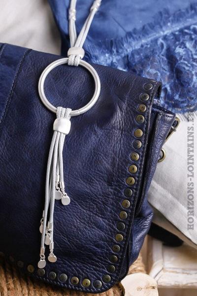 Collier gris perle avec anneau en métal argentée