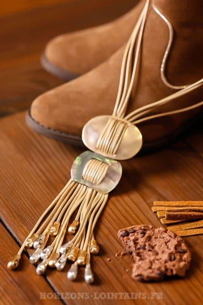 Collier boucles nacrées et lacet beige